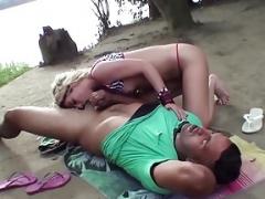 Loira boqueteira chupando ao ar livre