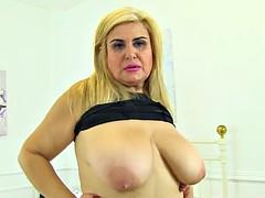 Spanish milf Musa Libertina stuffs her shaven pussy