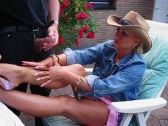 Hand plusjob and plus cum eruption on her nacked Legs with good High-Heels