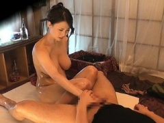 Japanese beauty gives a masterful orall-service to a fella