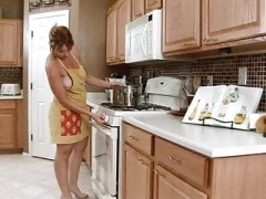 Hot old lady play herself in the kitchen