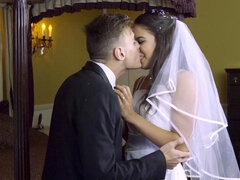Smoking hot bride is having a threesome