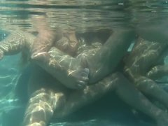 Underwater lesbo threesome with ladies in the pool