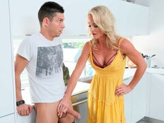 She ain't 'fraid of big dick: MILF Sydney Hail gets after it