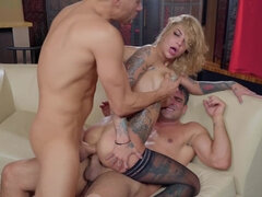 Squirting queen Bonnie Rotten gets double penetrated