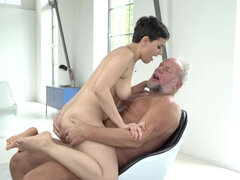 Short-haired nympho Yasmeena fucks old man in the living room